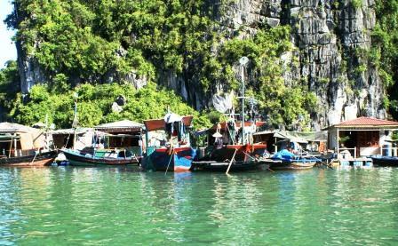 Flydende fiskerlandsby i Ha Long bugten. Der tjenes gode penge på fisk i Vietnam, spørgsmålet er dog om de vietnamesiske teenagere drømmer om at overtage båden og det vuggende hus. Eller om de ser sig om efter andre muligheder i en stadigt mere globaliseret økonomi.