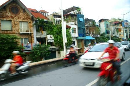 Eftermiddagstrafik på infaldsvej til Hanoi.