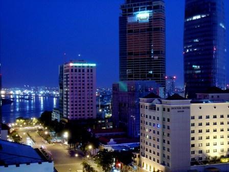 Aften i Saigon. Vietnam er en af verdens mest dynamiske økonomier. Grundpriserne i Saigons centrum nærmer sig Tokyos. Overalt i landet er der fuld knald på, selv de småhandlende har fået bærbare computere, smartphones og internetforbindelse, hvilket giver nye forretningsmuligheder.