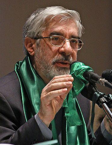 Mir-Hossein Mousavi vandt det iranske præsidentvalg i 2009. Han var de unges håb for en fremtid med reformer og mere frihed, men valgsejren blev stjålet fra ham og befolkningen. Mahmoud Ahmadinejad fik i stedet endnu en periode på præsidentposten. Det udløste demonstrationer, som brutalt blev slået ned. Foto, Mardetanha.