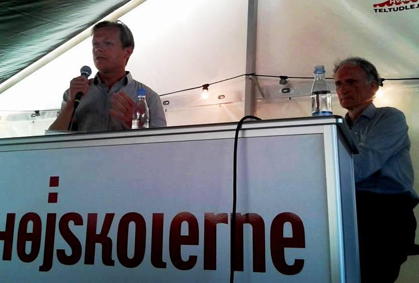 """Journalist og forfatter Rune Lykkeberg, en af landets fremmeste kommentatorer, aktuel med den anbefalelsesværdige bog """"Alle har ret. Demokrati som princip og problem."""" Bertel Haarder, MF for Venstre, har gennem tiden været minister i flere regeringer. Ligeledes aktuel med den ligeledes anbefalelsesværdige bog """"Op mod strømmen. Med Højskolen i ryggen."""" Haarder voksede op på en Højskole og var før sin karriere som politiker Højskolelærer. Og så er han en af inititiativtagerne til Folkemødet i Danmark. Her mødes de to med repræsentanter for folket i Højskolernes telt på Folkemødet 2013."""