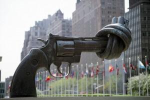 Karl Fredrik Reuterswards skulptur, Non Violence, som er placeret uden for FNs hovedkvarter i New York. FNs hovedformål er at sikre verdensfreden.