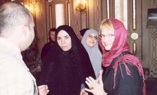 Skik følge eller land fly? Pia Kjærsgaard iklædt tørklæde på et besøg i Iran. Er hun mere tro mod sig selv, end Johanne Schmidt Nielsen og Enhedslisten er.