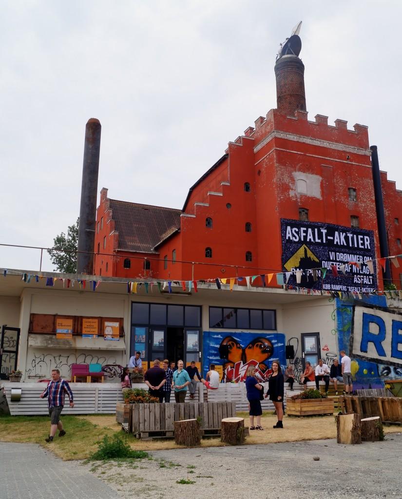 """Rampen, det nyligt åbnede """"Ungdomshus"""" i Ebeltoft, hvor ungdommen +16 kan mødes og udfolde deres kreative potentialer, hjælpe hinanden med lektioner eller som i dag, mødes til politisk debat."""