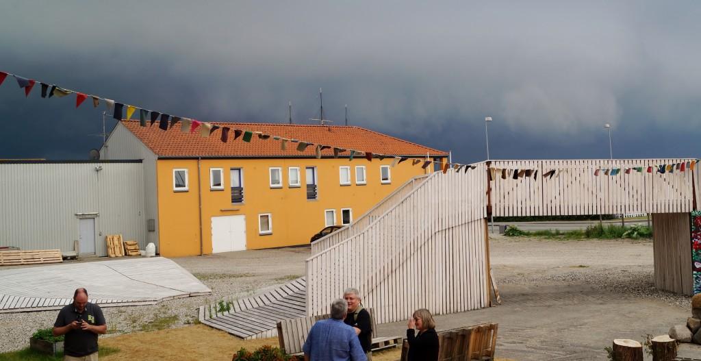 Sorte skyer trækker ind over Ebeltoft og Rampen netop som Liberal Alliance og Enhedslisten mødes for at fejre Grundloven.