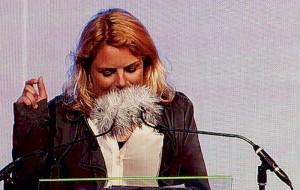 Johanne Schmidt Nielsen i vanlig selvsikker stil på den store talerstol på folkemødet på Bornholm 2014. Enhver lighed med julemanden er utilsigtet. Foto Lars Andreassen