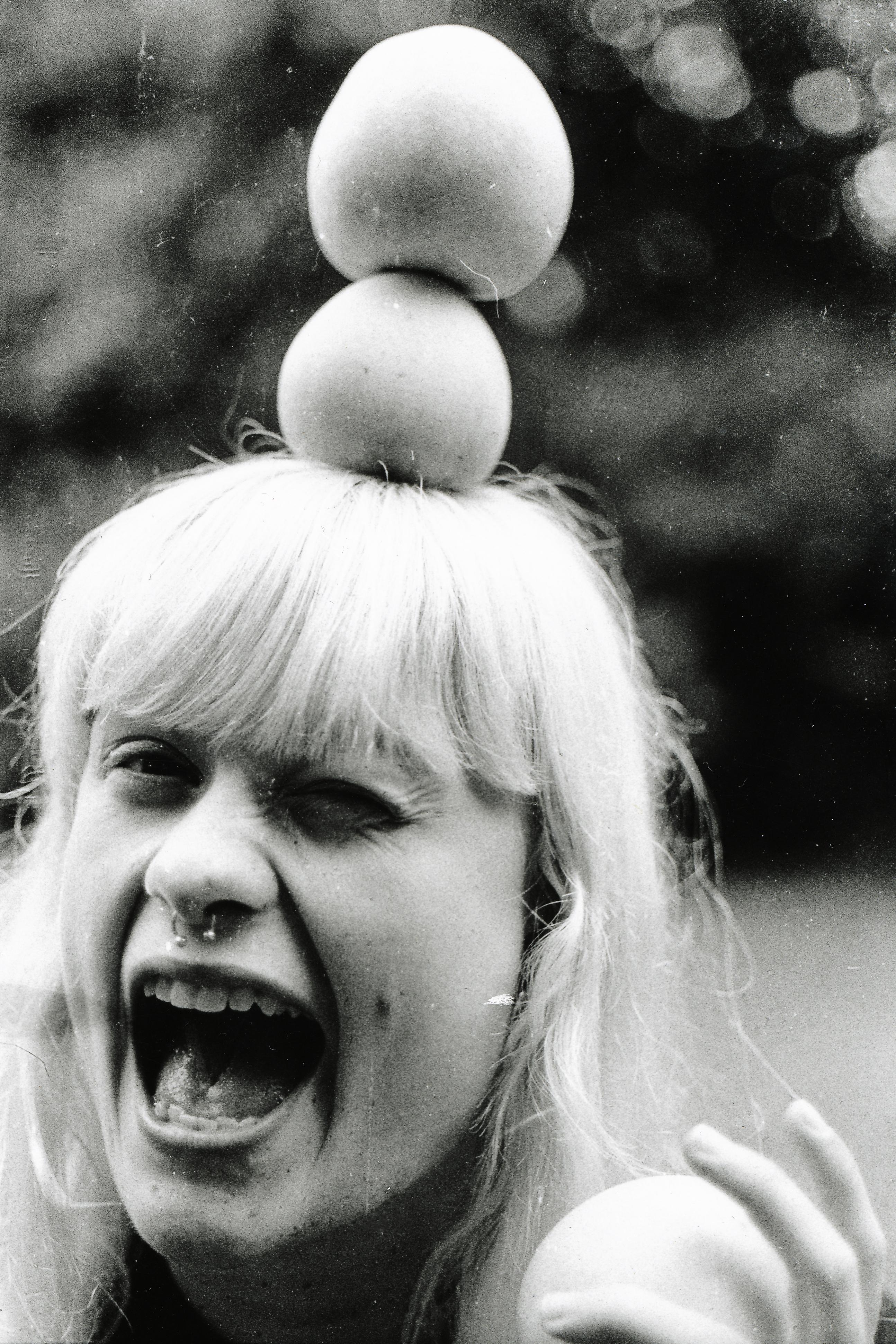 Man kan håndtere alle de æbler det skal være, bare man man har fået tilstrækkelig søvn. Johanne Blåbjerg fanget og puttet i kameraet af Nanna Lykkegaard Andersen.