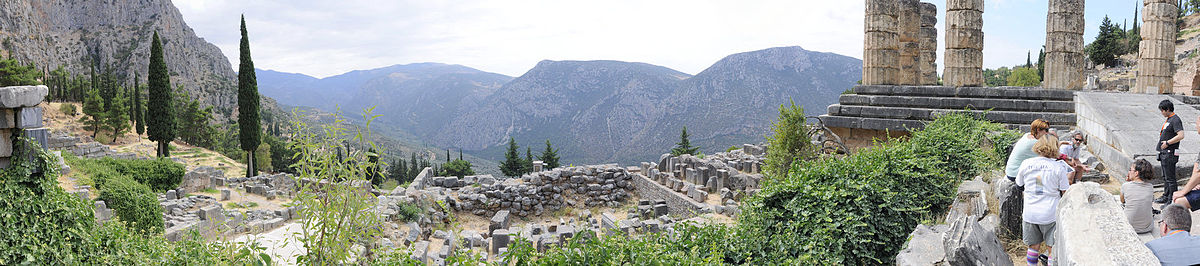 Udsigt fra Apollons tempel i Delphi. Wiki commons. Photo by Fred Martin Kaaby.