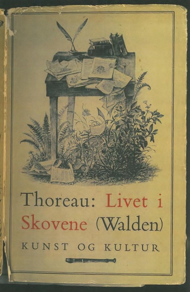 """Thoreau flyttede mellem 1845 og 1847 ud i skoven for at finde ud af, hvad der egentlig er kernen i eksistensen. Og ikke mindst hvori eksistensens faldgruber består. Han skildrede sine erfaringer i dette """"Aandedrag fuldt af Fyrrenaalsduft"""", som Jacob Paludan skrev om bogen."""