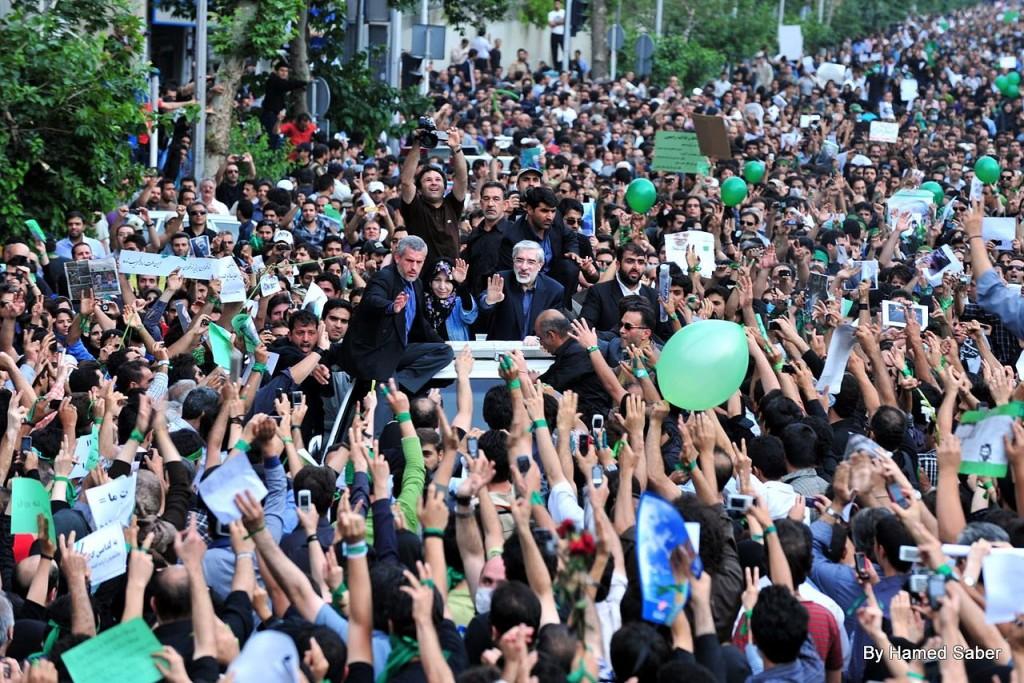 Mousavis tilhængere samlet i Tehrans gader den 18. juni 2009, mens de protesterer mod Ayatollahernes valgsvindel. De fik tæsk og har i nogen grad resigneret, men reformkræfterne ligger latent i Iran og venter på det rette tidspunkt. Det er i hvert fald det indtryk, man får ved læsning af Sahar Delijani. Foto Hamed Saber. Wiki commons.