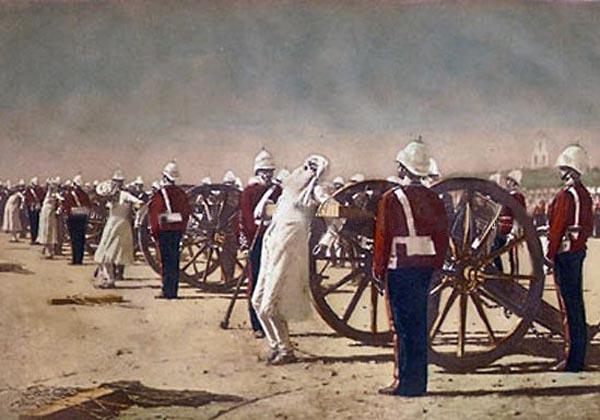 Kontroversielt maleri af russeren Vasily Vereshchagin fra omkring 1884. Maleriet illustrerer Britiske soldaters henrettelse af indiske oprørere i 1857 (soldaterne bærer uniformer fra sent i 1900-tallet, hvilket indikerer, at Vereshchagin nok ikke var vidne til episoden). Rygtet vil vide, at Briterne købte maleriet og ødelagde det. Wikicommons.